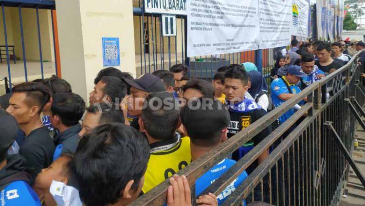 Ribuan Bobotoh mulai berdatangan ke Stadion Si Jalak Harupat, jelang kick off laga pamungkas Liga 1 2019 antara Persib Bandung vs PSM Makassar. Copyright: © Arif Rahman/INDOSPORT