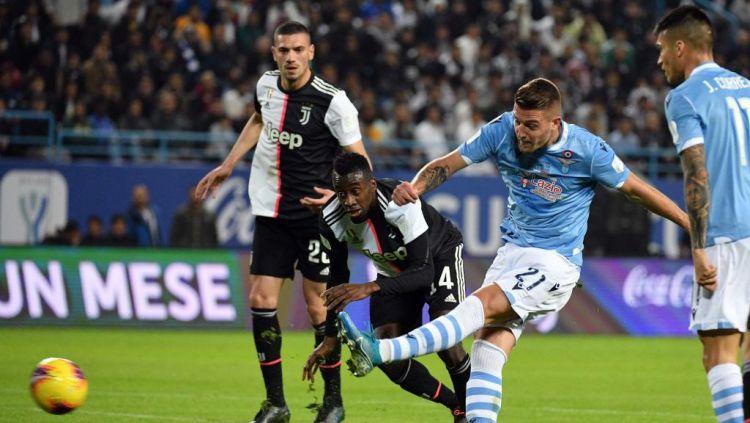 Momen Sergej Milinkovic-Savic lolos dari hadangan dan menendang bola ke gawang Juventus Copyright: © Marco Rosi/Getty Images