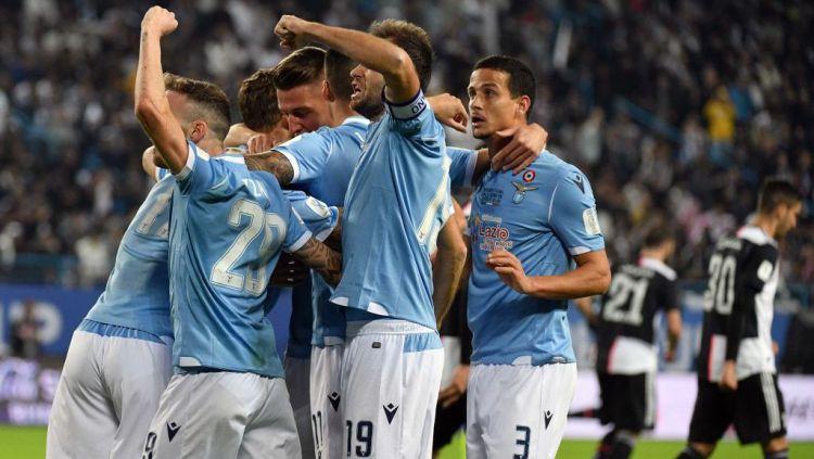 Gara-gara tersandung skandal hasil tes Corona, Lazio terancam bakal terdegradasi dari Serie A Liga Italia. Copyright: © Marco Rosi/Getty Images