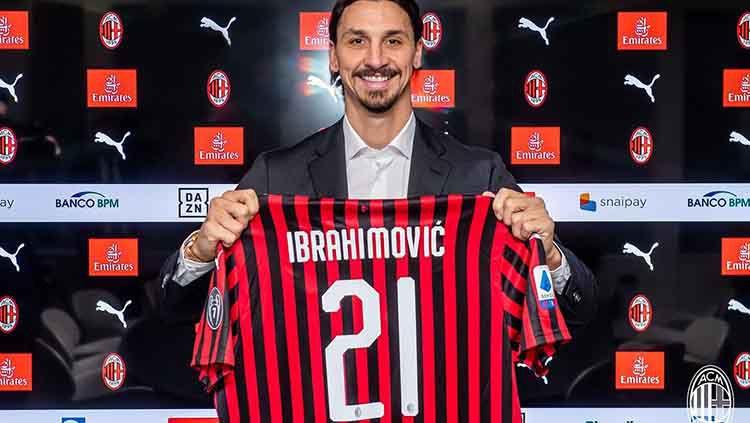 Zlatan Ibrahimovic memilih gunakan nomor punggung 21 di klub Serie A Italia, AC Milan. Copyright: © Twitter.com/@acmilan