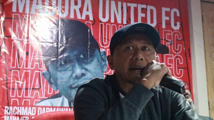 Pelatih Madura United Rahmad Darmawan, memberikan keterangan pers menjelang Liga 1 2020. Copyright: © Twitter/@MaduraUnitedFC
