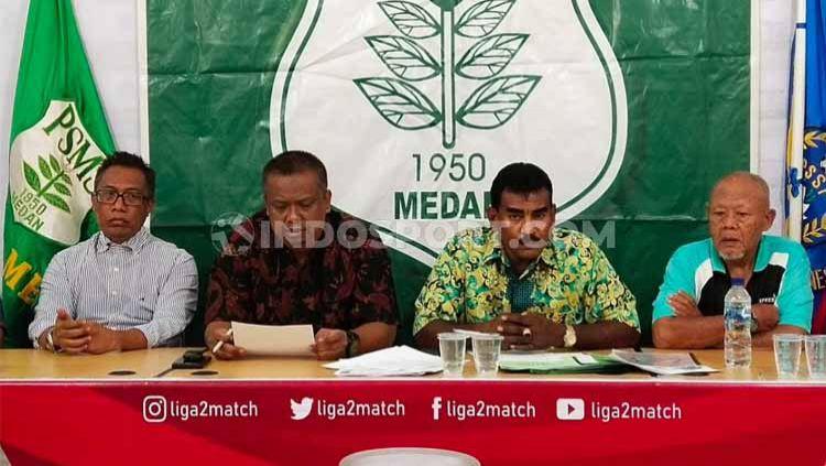 Promotor asal Singapura Azman Bin Muhammad (kiri) didampingi manajer PSMS, Mulyadi Simatupang (dua kiri) dan Sekertaris klub PSMS, Julius Raja (dua kanan), memberi penjelasan soal Edy Rahmayadi Cup, Jumat (3/1/2020). Copyright: © Aldi Aulia Anwar/INDOSPORT
