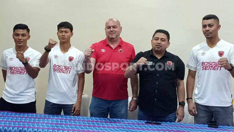 CEO PSM Makassar, Munafri Arifuddin (hitam), berfoto bersama pelatih Bojan Hodak (merah) dan tiga pemain baru untuk Liga 1 2020, Irsyad Maulana, Dedi Gusmawan, dan Hussein El Dor. Copyright: © Adriyan AdirizkyINDOSPORT