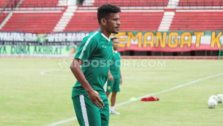 Ricky Kambuaya sudah ikut berlatih bersama klub liga 1, Persebaya Surabaya di Stadion GBT. Jumat (10/01/20). Copyright: © Fitra Herdian/indosport