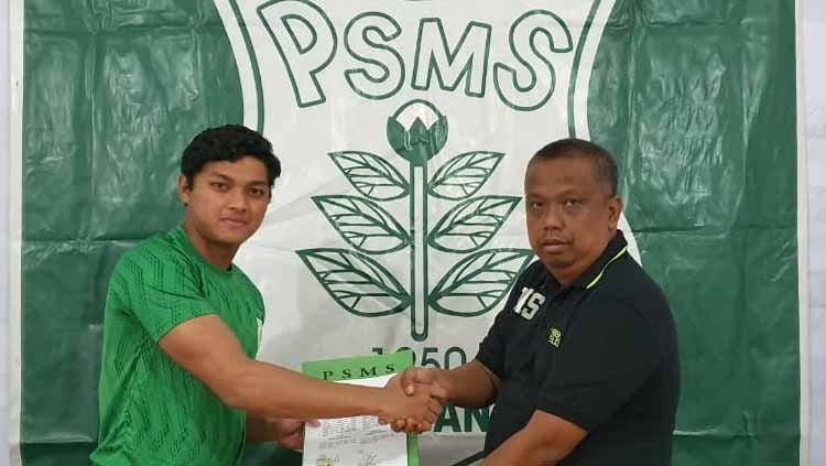Manajer PSMS Medan, Mulyadi Simatupang (kanan), memperkenalkan rekrutan anyar PSMS, kiper Timnas Indonesia U-19 M Adi Satryo (kiri). Copyright: © Aldi Aulia Anwar/INDOSPORT