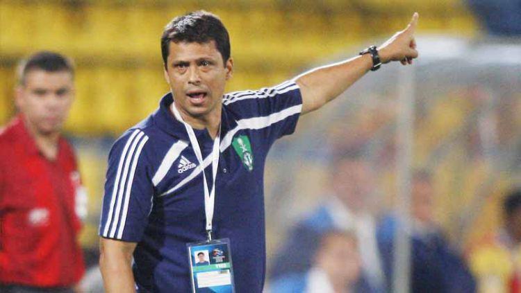 Pelatih asal Brasil Sergio Farias yang saat ini menjadi kandidat nakhoda klub Liga 1, Persija Jakarta, ternyata pernah latih 2 legenda AC Milan. Copyright: © KARIM JAAFAR/AFP via Getty Images