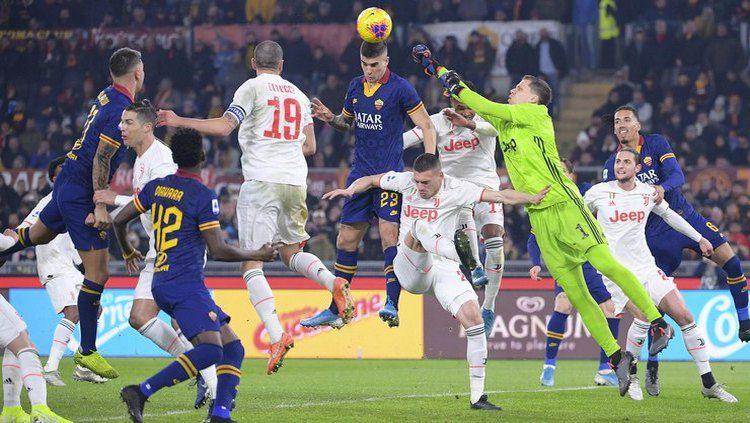 Dianggap tiru aksi spektakuler Cristiano Ronaldo, Merih Demiral selaku bek Juventus kena getahnya di laga Serie A Liga Italia 2019-2020 lawan AS Roma. Copyright: © twitter.com/OfficialASRoma