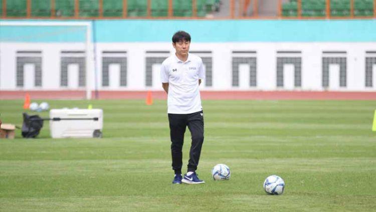 Pelatih asal Korea Selatan, Shin Tae-yong memiliki beban berat di Timnas Indonesia hingga disorot media Singapura. Copyright: © Istimewa
