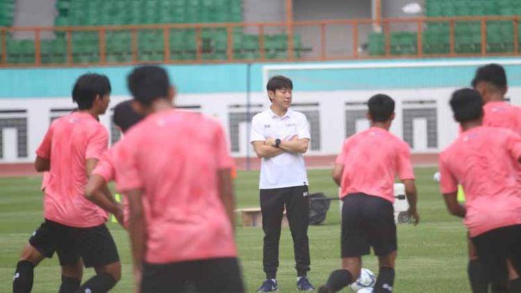 Hari pertama pemusatan latihan Timnas Indonesia U-19 di Stadion Wibawa Mukti Cikarang, Senin (13/01/20) yang dihadiri coach Shin Tae-yong, dalam TC tersebut juga skuat Timnas resmi memakai apparel baru. Copyright: © Istimewa