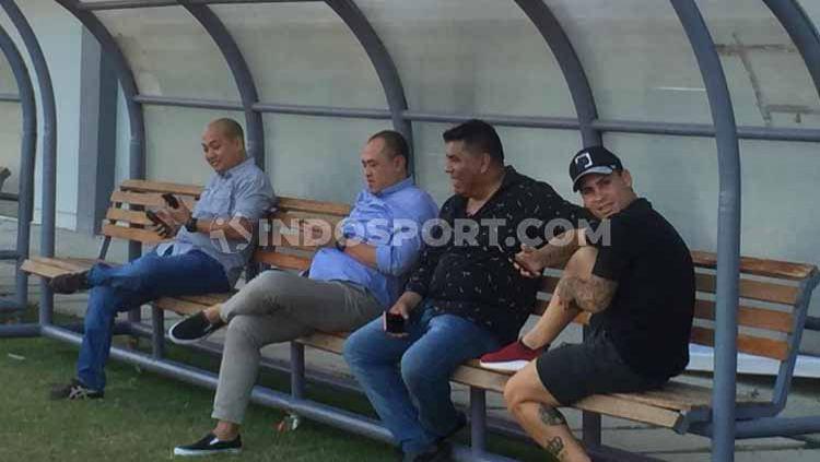Pemain asing Persita Tangerang, Mateo Bustos, sudah hadir di stadion namun belum ikut latihan menjelang Liga 1 2020. Copyright: © Petrus Manus Da'Yerimon/INDOSPORT