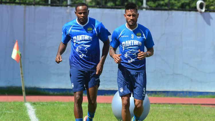 Pelatih Persib Bandung, Robert Rene Alberts, memberikan penilaian pada Wander Luiz dan Joel Vinicius saat melawan Selangor FC pada Turnamen Asia Challenge 2020. Copyright: © persib.co.id