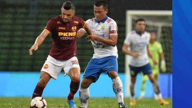 Media Malaysia memberi judul nyeleneh pasca Persib Bandung dibantai Selangor FA 0-3 di Asia Challenge Cup 2020. Copyright: © twitter.com/persib