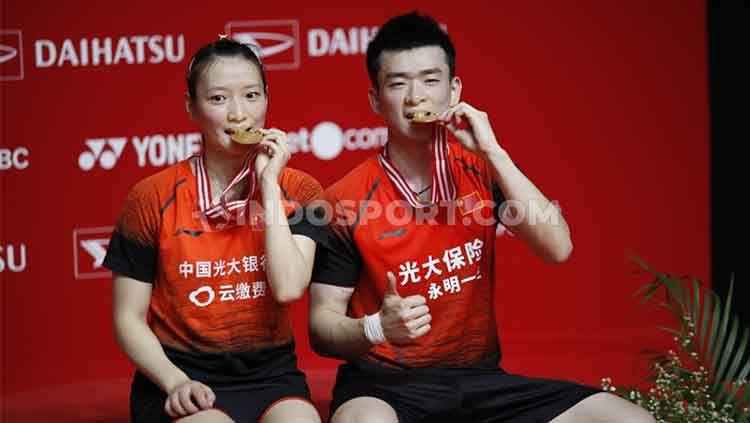 Zheng Siwei/Huang Yaqiong sukses menjadi juara Indonesia Masters 2020 usai kalahkan rekan senegara. Copyright: © Herry Ibrahim/INDOSPORT