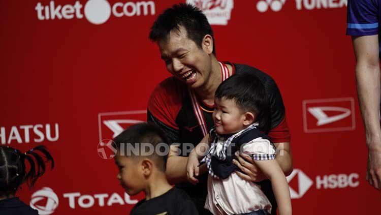 Hendra Setiawan foto bersama sang anak Russel Copyright: © Herry Ibrahim/INDOSPORT