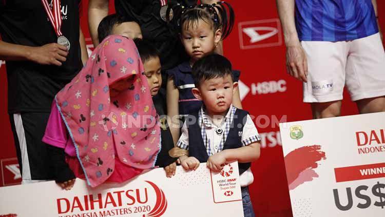 Anak-anak dari Hendra Setiawan dan Mohammad Ahsan turut berfoto di podium Copyright: © Herry Ibrahim/INDOSPORT