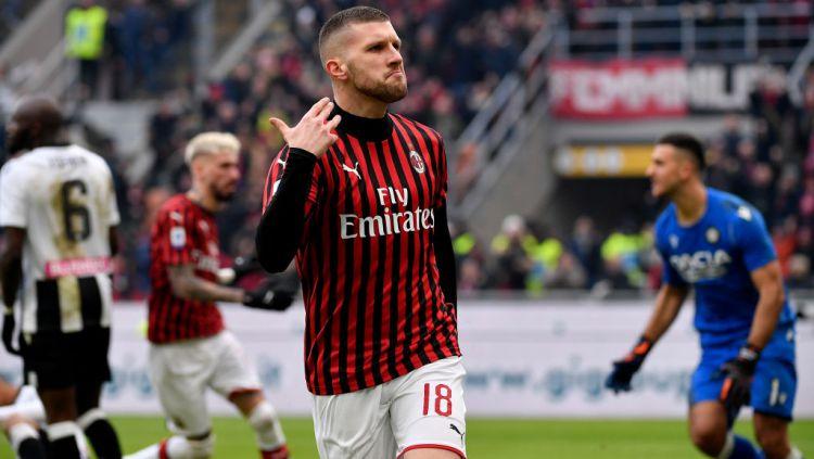 Ante Rebic merayakan gol penyama kedudukan untuk AC Milan atas Udinese di Serie A Italia pekan ke-20. Copyright: © Mattia Ozbot/Soccrates/Getty Images