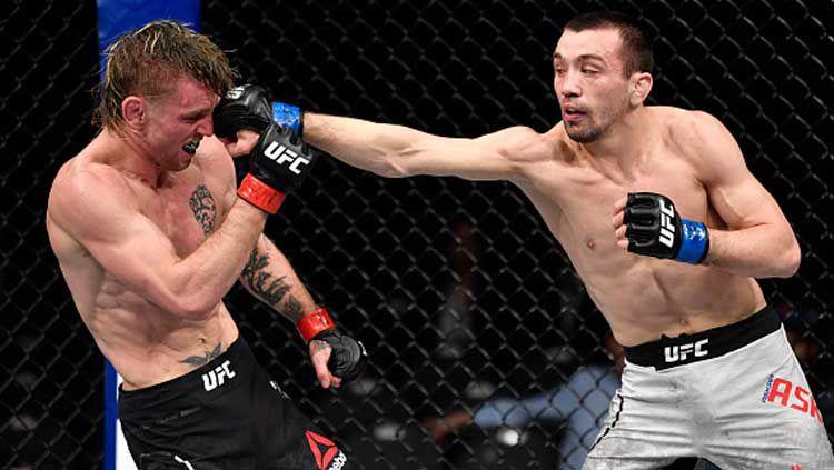 Petarung Mix Martial Arts (MMA) asal Rusia, Askar Askarov (kanan) sukses menumbangkan lawannya yakni Tim Elliott. Copyright: © Jeff Botari/GettyImages