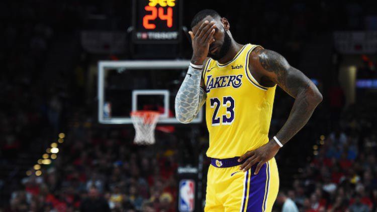 Bintang LA Lakers, LeBron James, melepaskan uneg-uneg belum bisa bermain lagi di NBA karena virus Corona. Copyright: © Steve Dykes/GettyImages
