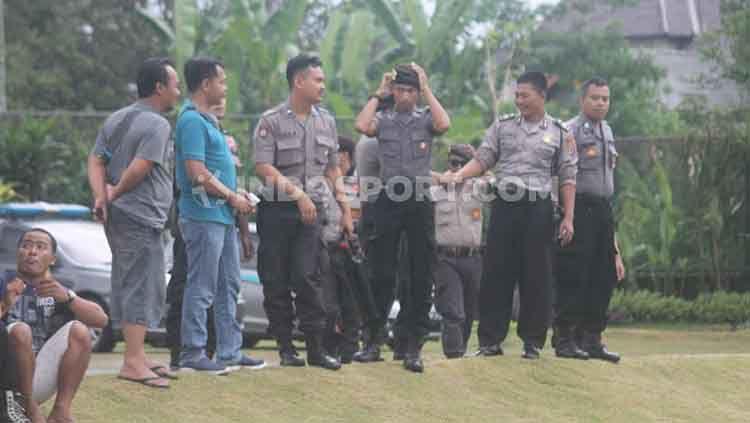 Sejumlah polisi nampak menjaga latihan perdana klub Liga 1 PSS Sleman di Lapangan Yogyakarta Independent School (YIS), Sleman. Copyright: © Ronald Seger Prabowo/INDOSPORT