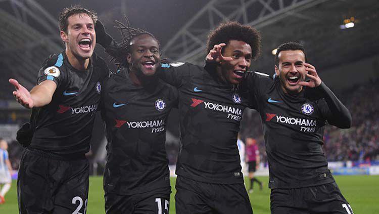 Selebrasi para pemain klub Liga Inggris, Chelsea, Cesar Azpilicueta (kiri), Victor Moses (kedua dari kiri), Willian (kedua dari kanan), dan Pedro Rodriguez (kanan). Copyright: © Laurence Griffths/GettyImages