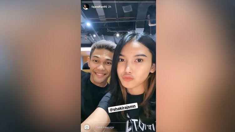 LDR di Hari Valentine karena mengikuti ajang Badminton Asia Team Championships 2020, Fajar Alfian sukses beri kejutan untuk sang kekasih, Shakira Jasmine. Copyright: © instagram.com/fajaralfian95
