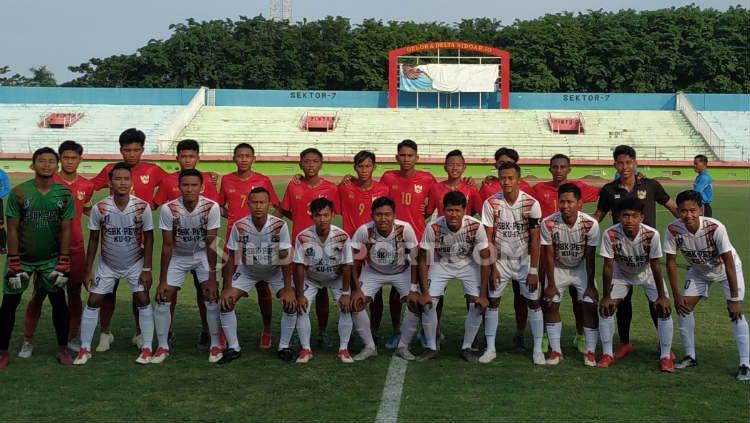 Timnas Indonesia U-16 berfoto dengan PSBK Blitar sebelum laga, Kamis (23/01/20). Copyright: © Fitra Herdian Ariestianto/INDOSPORT