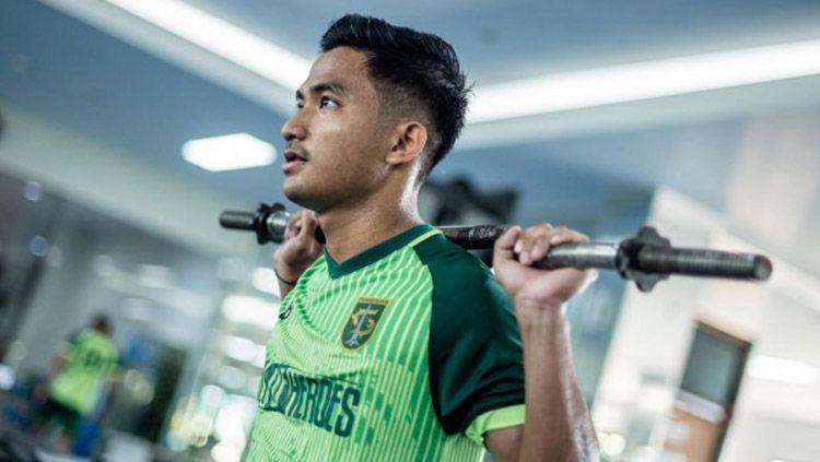 Talenta muda Muhammad Hambali Tholib turut memberikan reaksi usai posisinya memiliki banyak pesaing di Persebaya Surabaya. Copyright: © persebaya.id