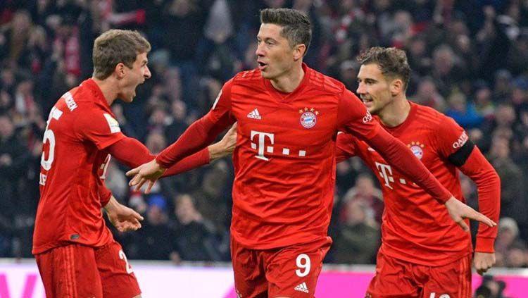 Thomas Muller (kiri), Robert Lewandowski (tengah), dan Leon Goretzka (kanan) tengah merayakan gol pada laga Bayern Munchen vs Schalke 04 di Bundesliga Jerman 2019-20, Minggu (26/01/20). Copyright: © Twitter/@FCBayern
