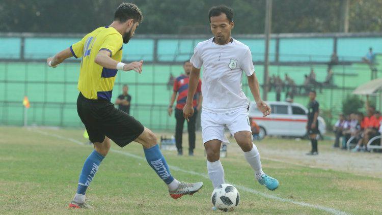 Pemain PSMS Medan, Syaiful Ramadhan (baju putih), saat tampil di turnamen pra-musim internasional Edy Rahmayadi Cup 2020, beberapa waktu lalu. Copyright: © Istimewa