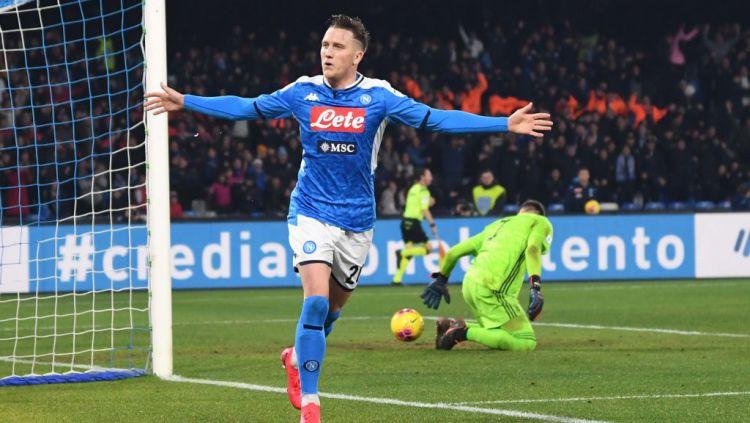 Piotr Zielinski berselebrasi usai mencetak gol di laga Serie A Italia antara Napoli vs Juventus Copyright: © SSC NAPOLI/SSC NAPOLI via Getty Images