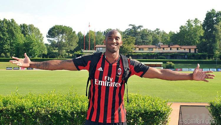 Kobe Bryant mengaku seorang Milanisti dan menjadi fans AC Milan sejak dirinya kecil. Copyright: © acmilan.com
