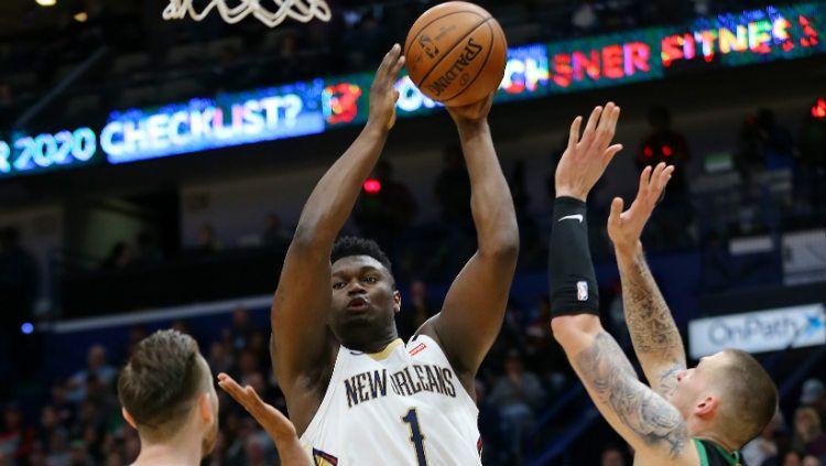 Rookie New Orleans Pelicans, Zion Williamson menjadi sorotan di NBA All-Star Rising Stars karena membuat ring basket jadi miring berkat dunk kerasnya. Copyright: © Jonathan Bachman/Getty Images