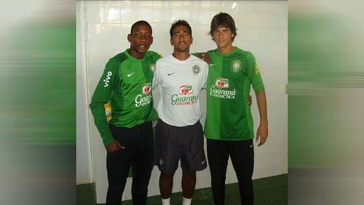 Pelatih Kiper Anyar Persipura asal Brasil, Gerson Rios (tengah) saat berfoto bersama Alisson Becker (kanan). Copyright: © Instagram/@alissonbecker