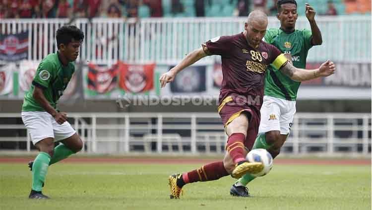Wiljan Pluim mencoba melewati hadangan pemain Lalenok United. Copyright: © Herry Ibrahim/INDOSPORT