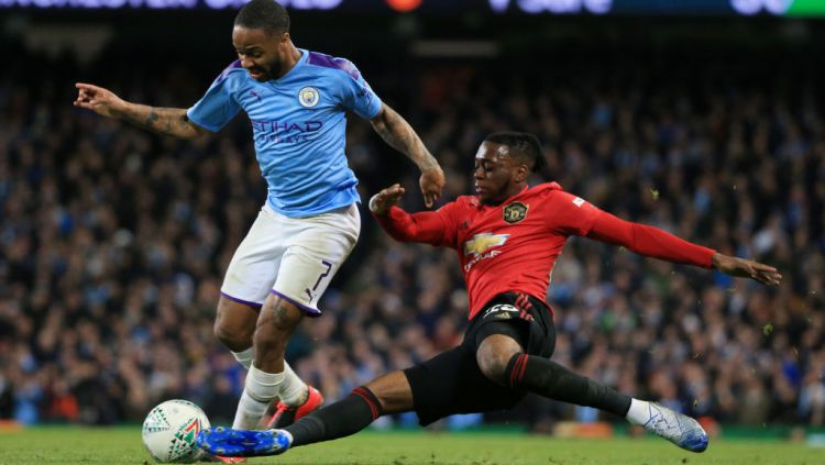 Raheem Sterling dihalau Wan-Bissaka dalam laga Piala Liga Inggris Manchester City vs Manchester United Copyright: © Tom Flathers/Manchester City FC via Getty Images