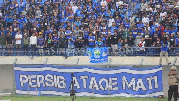 Ketua Umum Bobotoh Maung Bandung Bersatu (Bomber), Asep Abdul menyayangkan tim Persib Bandung mendapatkan sanksi denda Rp 30 juta dari dari Komite Disiplin (Komdis) PSSI. Copyright: © Arif Rahman/INDOSPORT
