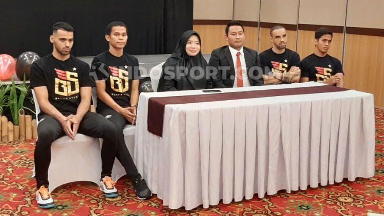 Pelatih klub PFL 2020 Black Steel FC, Rakphol Sainetngam (keempat dari kiri) bersama manajer Ikka Puspita Sari dan empat pemainnya. (Adriyan Adirizky/INDOSPORT) Copyright: © Adriyan Adirizky/INDOSPORT