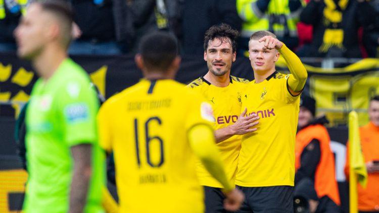 Mats Hummels merayakan gol bersama Erling Haaland di laga Bundesliga antara Borussia Dortmund vs 1 FC Union Berlin Copyright: © Guido Kirchner/picture alliance via Getty Images