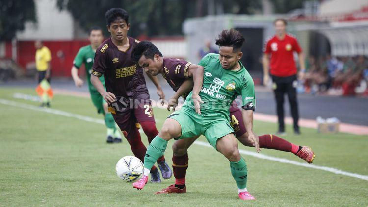 Bek Bhayangkara FC, Putu Gede Juni Antara, dianggap bermain terlalu keras saat laga uji coba melawan PSM Makassar, Rabu (05/02/20) di Stadion PTIK, Jakarta Selatan. Copyright: © Herry Ibrahim/INDOSPORT