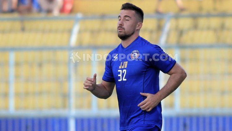 Pemain klub Liga 1, Arema FC, yakni Jonathan Bauman genap berusia 29 tahun pada Senin (30/03/20) lalu. Ia merayakan ulang tahun dalam kesederhanaan. Copyright: © Ian Setiawan/INDOSPORT