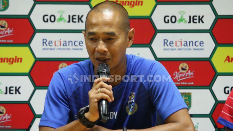 Pelatih asal Indonesia, Kurniawan Dwi Yulianto, tak berdaya usai Sabah FA kalah dan dibobol oleh eks Persija Jakarta di Liga Super Malaysia 2020. Copyright: © Fitra Herdian Ariestianto/INDOSPORT