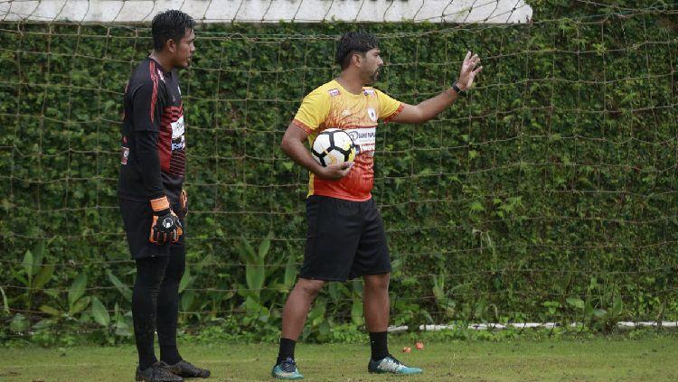 Pelatih Kiper Persipura, Gerson Rios (kanan), sedang memberi arahan kepada kiper utama Persipura, Dede Sulaiman. Copyright: © Media Officer Persipura