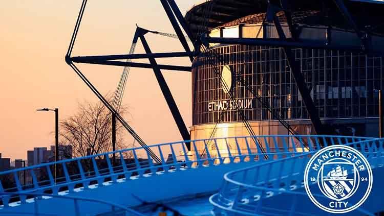 Klub papan atas Liga Inggris, Manchester City, resmi dihukum tak boleh tampil di semua kompetisi sepak bola UEFA selama dua musim. Copyright: © Twitter.com/@ManCity