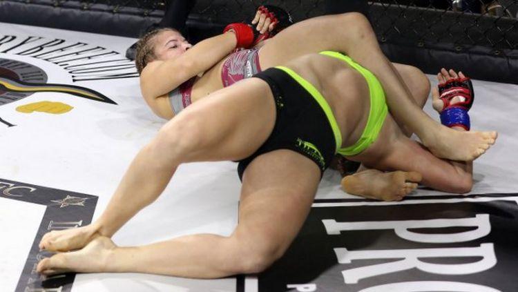 Petarung Mixed Martial Arts (MMA), Victoria 'Fury' Leonardo (hijau) harus menelan kenyataan pahit lantaran kalah atas Erin 'Cold-Blooded' Blanchfield. Copyright: © sherdog.com