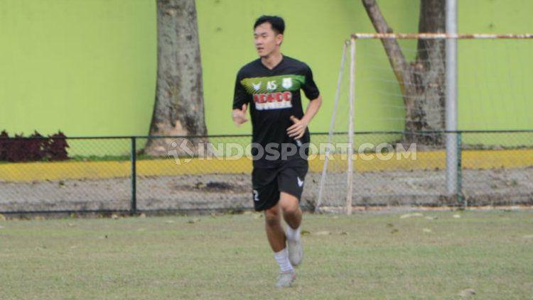 Usai dikontrak, pemain anyar klub Liga 2 PSMS Medan, Sutanto Tan, langsung latihan bersama tim di Stadion Kebun Bunga, Medan, Kamis (13/2/2020) sore. Copyright: © Aldi Aulia Anwar/INDOSPORT