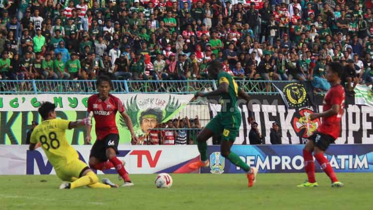 Laga antara Madura United vs Persebaya pada pertandingan Piala Gubernur Jatim, Jumat (14/02/2020). Copyright: © Fitra Herdian/INDOSPORT
