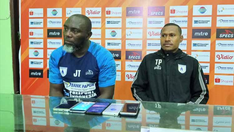 Pelatih Persipura, Jacksen Tiago bersama Yustinus Pae. Copyright: © Media Officer Persipura