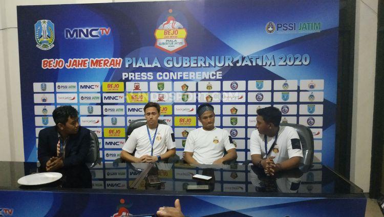 Pelatih Bhayangkara FC, Paul Munster (kedua dari kiri), dalam konferensi pers seusai laga Piala Gubernur Jatim, Jumat (14/02/20). Copyright: © Fitra Herdian/INDOSPORT.COM