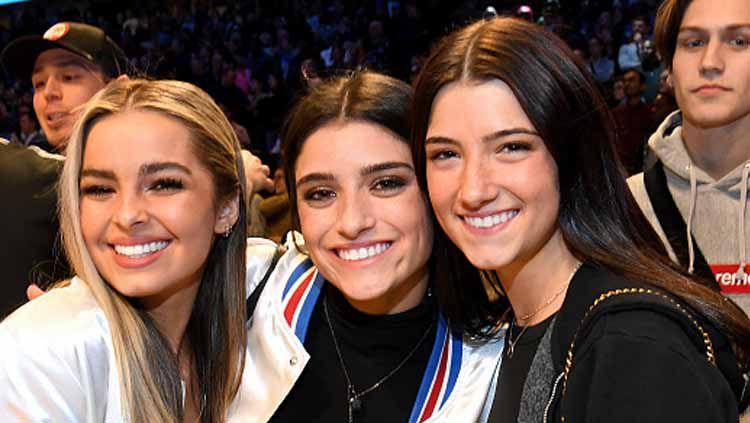 Tiga gadis cantik ternama dari Tiktok dan Instagramable, Addison Rae (kiri), Dixie D'Amelio (tengah), dan Charli D'Amelioturut meramaikan Kontes NBA All Star 2020 Copyright: © Kevin Mazur/GettyImages