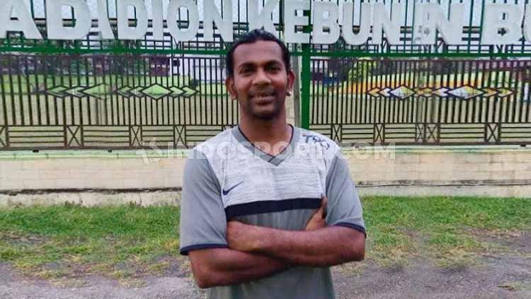 Sebagai pesepak bola keturunan India-Indonesia, nama Wijay sudah tak asing lagi bagi dunia si kulit bundar Tanah Air. Pria yang kini telah berusia 37 tahun telah malang melintang di berbagai klub Indonesia. Copyright: © Aldi Aulia Anwar/INDOSPORT